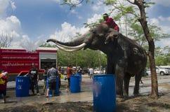 Voyageurs de personnes thaïlandaises et d'étranger jouant et éclaboussant l'eau des éléphants et des personnes dans le festival d Photographie stock