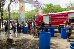 Voyageurs de personnes thaïlandaises et d'étranger jouant et éclaboussant l'eau des éléphants et des personnes dans le festival d Photos libres de droits