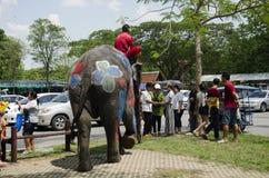 Voyageurs de personnes thaïlandaises et d'étranger jouant et éclaboussant l'eau des éléphants et des personnes dans le festival d Images libres de droits