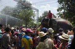 Voyageurs de personnes thaïlandaises et d'étranger jouant et éclaboussant l'eau des éléphants et des personnes dans le festival d Images stock