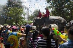 Voyageurs de personnes thaïlandaises et d'étranger jouant et éclaboussant l'eau des éléphants et des personnes dans le festival d Photo stock