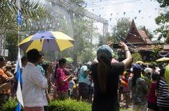 Voyageurs de personnes thaïlandaises et d'étranger jouant et éclaboussant l'eau des éléphants et des personnes dans le festival d Image libre de droits