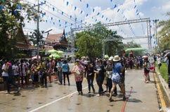 Voyageurs de personnes thaïlandaises et d'étranger jouant et éclaboussant l'eau des éléphants et des personnes dans le festival d Photo libre de droits