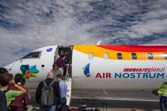 Voyageurs embarquant le vol régional d'Ibérie Air Nostrum Photo libre de droits