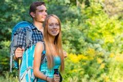 Voyageurs enthousiastes jeune homme et déplacement de femme extérieur Image stock