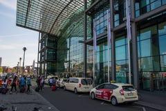 Voyageurs et taxi devant la station de train de Berlin Central photographie stock