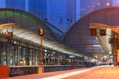 Voyageurs ferroviaires attendant leur train à la gare ferroviaire de central de Francfort Image stock