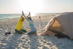 Voyageurs gais, avec les bras ouverts Photographie stock libre de droits