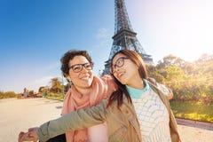 Voyageurs heureux ayant l'amusement sur les rues de Paris Photographie stock libre de droits