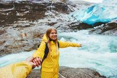 Voyageurs heureux de couples tenant des mains voyageant ensemble Images stock