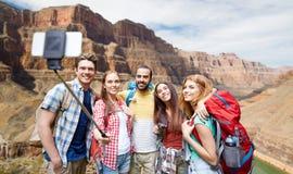 Voyageurs heureux prenant le selfie au canyon grand Images stock