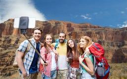 Voyageurs heureux prenant le selfie au canyon grand Photo stock