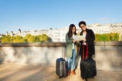 Voyageurs lisant la carte au remblai de la Seine Image stock