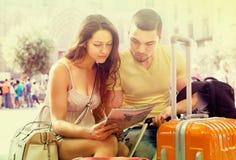 Voyageurs lisant la carte de la ville Photos stock