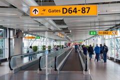 Voyageurs marchant à la porte à l'aéroport de Schiphol, Pays-Bas Images libres de droits
