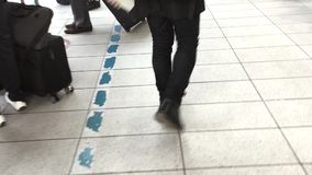 Voyageurs marchant à la station banque de vidéos