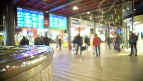 Voyageurs marchant avec le bagage à travers le hall de gare ferroviaire, trains de attente banque de vidéos