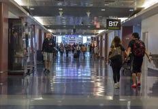 Voyageurs marchant le long du couloir dans l'aéroport de Las Vegas Image libre de droits