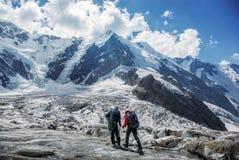 voyageurs masculins trimardant en montagnes neigeuses, Fédération de Russie, Caucase, photo libre de droits