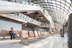 Voyageurs, passagers attendant le vol dans le terminal de Suvarnab Photos stock