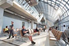 Voyageurs, passagers attendant le vol dans le terminal de Suvarnab Photographie stock
