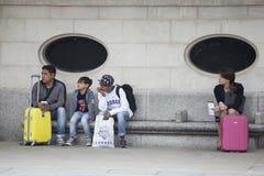 Voyageurs presque attendant le tranport à l'aéroport de Londres Stansted Image stock