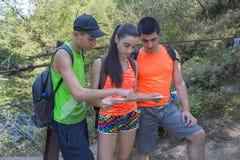 Voyageurs, randonneurs des vacances lisant une carte Voyage de voyageurs dans la réservation mode de vie sain sur le tou de vacan Photographie stock libre de droits