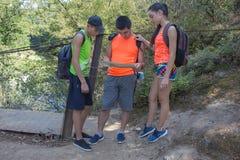 Voyageurs, randonneurs des vacances lisant une carte Voyage de voyageurs dans la réservation mode de vie sain sur le tou de vacan Photos stock
