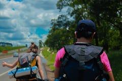 Voyageurs recherchant un tour photos libres de droits