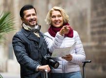 Voyageurs supérieurs avec la carte de ville Image libre de droits