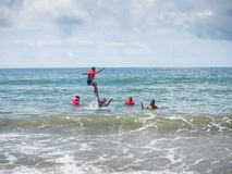 Voyageurs sur la plage dans la province de Rayong Image stock