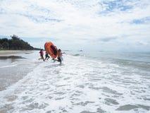 Voyageurs sur la plage dans la province de Rayong Image libre de droits