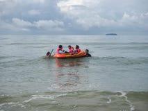 Voyageurs sur la plage dans la province de Rayong Images stock