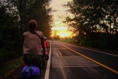 voyageurs sur une bicyclette, aventure en Thaïlande Images stock