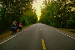 voyageurs sur une bicyclette, aventure en Thaïlande image stock