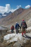 voyageurs trimardant en montagnes neigeuses, Fédération de Russie, Caucase, photographie stock libre de droits