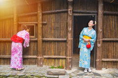 Voyageurs utilisant le kimono traditionnel d'habillement Photo stock