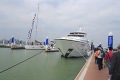 Voyageurs visitant sur le ponton Photos stock