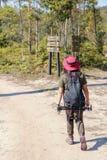 Voyageuse asiatique de femme avec le chapeau de participation de sac à dos aux montagnes et forêt tropicale, extérieur de phot image libre de droits