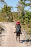 Voyageuse asiatique de femme avec le chapeau de participation de sac à dos aux montagnes et forêt tropicale, extérieur de phot photographie stock libre de droits