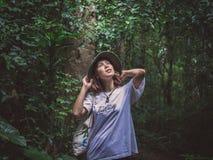 Voyageuse asiatique de femme de beauté dans la forêt verte photo libre de droits