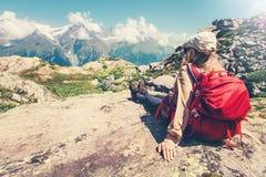 Voyageuse de femme avec admirer de sac à dos des montagnes images libres de droits