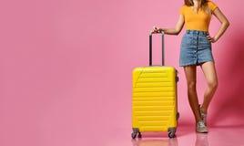 Voyageuse de femme avec la valise sur le fond de couleur images libres de droits