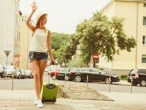 Voyageuse de femme avec la voiture de attente de valise images libres de droits