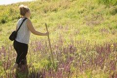 Voyageuse de femme avec une canne Image stock