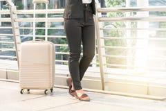 Voyageuse de femme d'affaires avec le bagage au fond de ville Images libres de droits