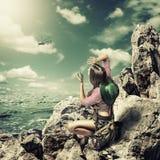 Voyageuse de femme sur la roche avec l'émetteur radioélectrique Photos libres de droits