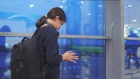 Voyageuse de fille avec un concept d'a?roport de vols d'avion de sac ? dos l'adolescente de fille avec un smartphone regarde la f banque de vidéos