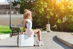 Voyageuse de fille avec une valise blanche Photographie stock libre de droits