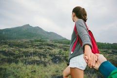 Voyageuse de guidage de femme courageuse et romantique dans le sauvage Photographie stock libre de droits